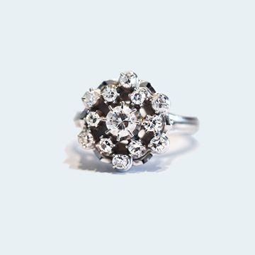 Bague ancienne en or blanc  en forme de fleur de diamants.