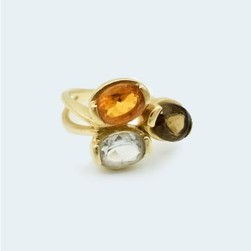 Bague moderne en or jaune et pierres fines