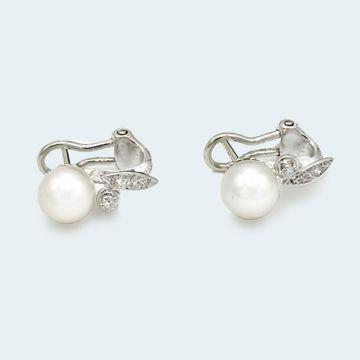 Boucles d'oreilles anciennes en or blanc avec perles et diamants